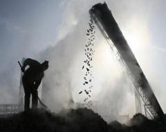 Cảnh khai thác than tại một nhà máy ở Trung Quốc. Khói đen bốc cao ngùn ngụt